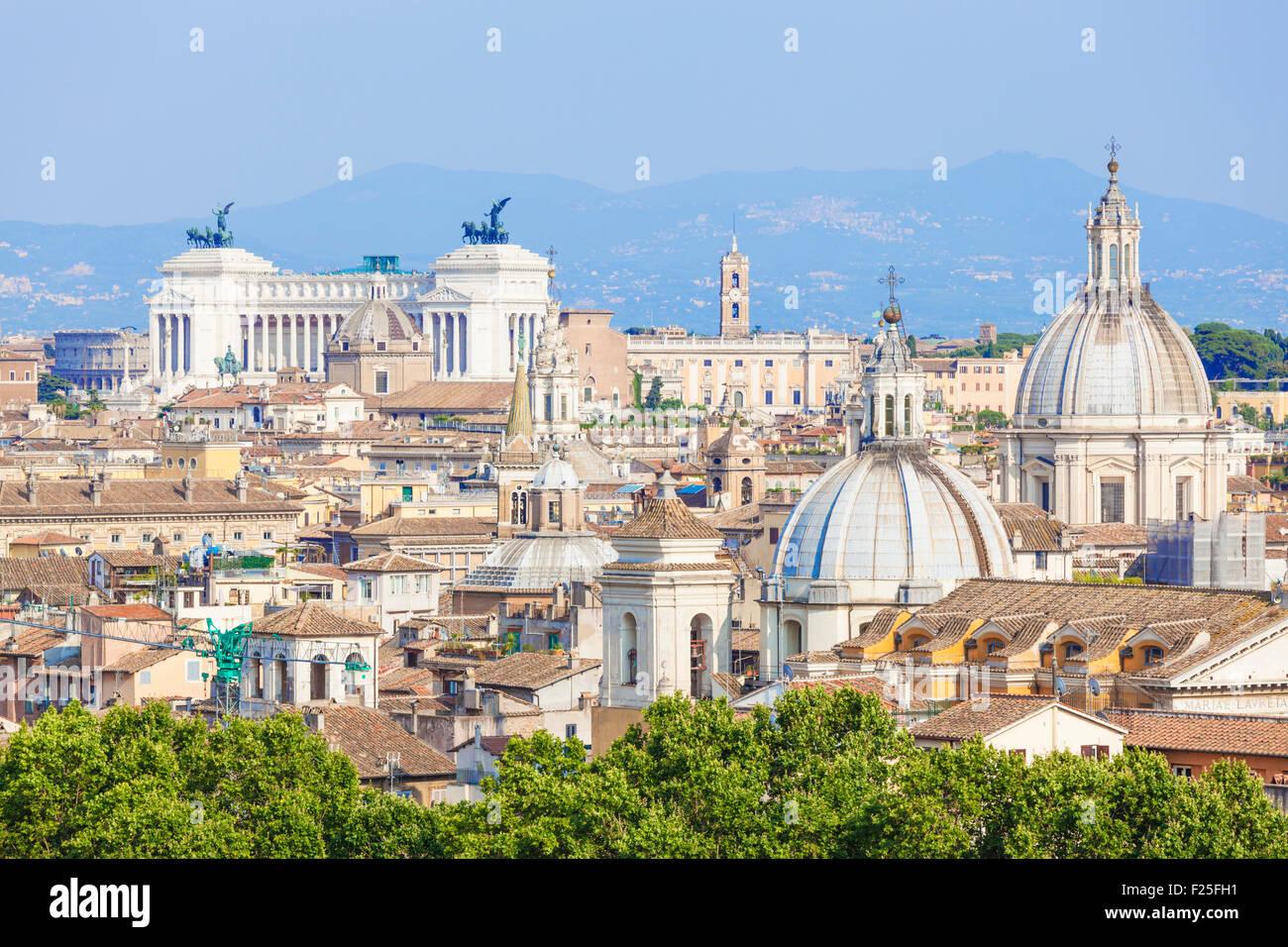 Blick auf Kirchen und Kuppeln von Rom Skyline zeigt Victor Emmanuel II Monument in der Nähe Rom Italien Roma Stockbild