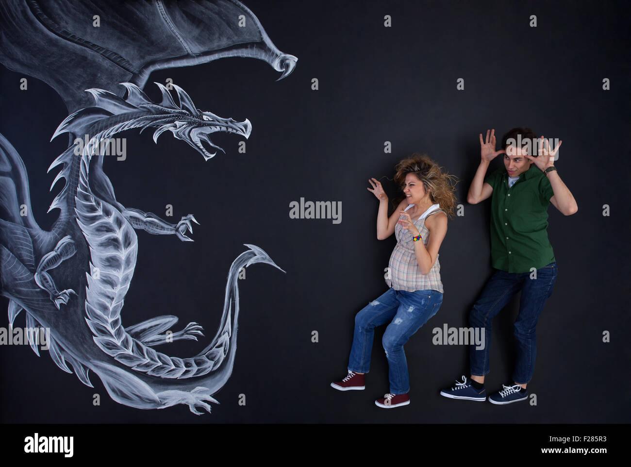 Junges Paar macht Spaß mit einem Zeichnung Drachen. Stockbild