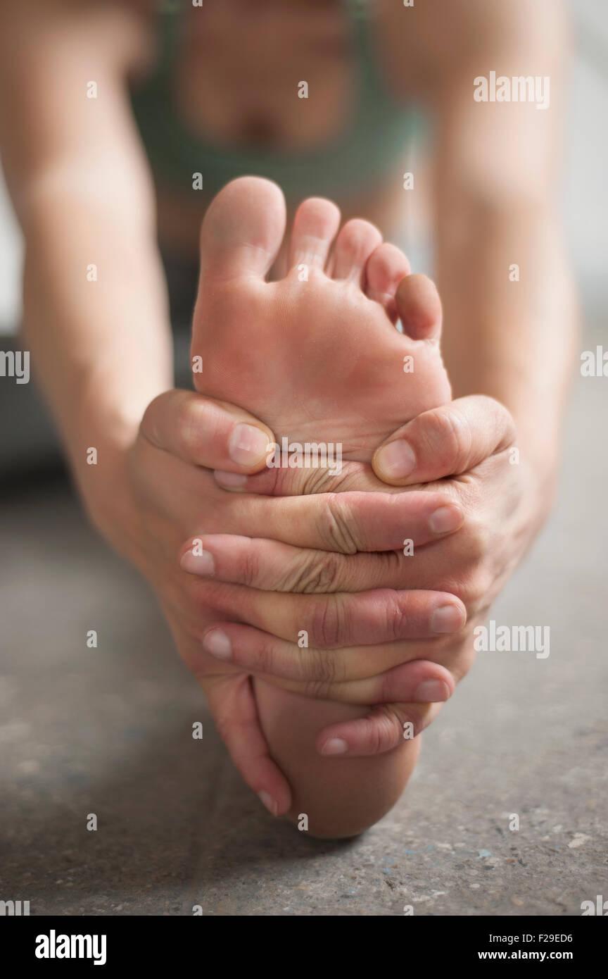 Frau üben Janu Sirsasana Pose im Yoga-Studio, München, Bayern, Deutschland Stockbild