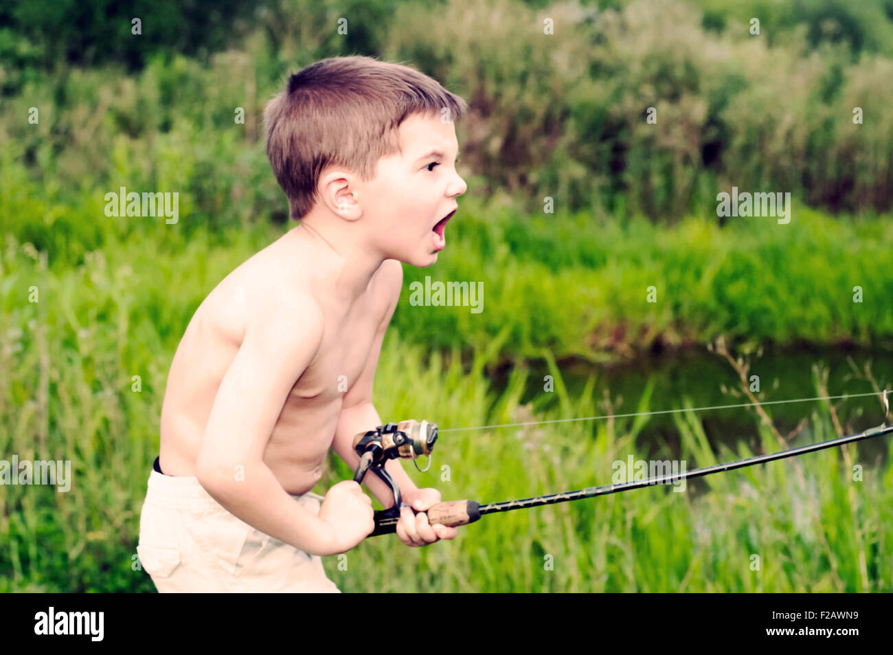 Leidenschaftliche Angler-Boy Angeln Stockbild