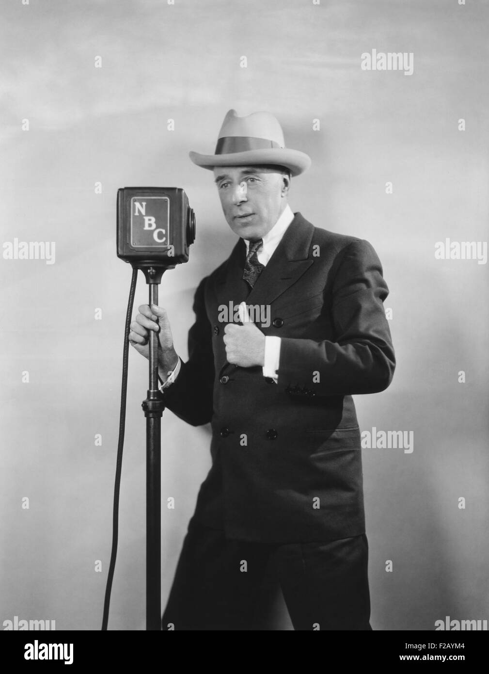 "Legendäre Film Regisseur D. W. Griffith Rundfunk, ""D. W. Griffith Hollywood."" Ca. 1930. Das NBC-Radio Stockbild"