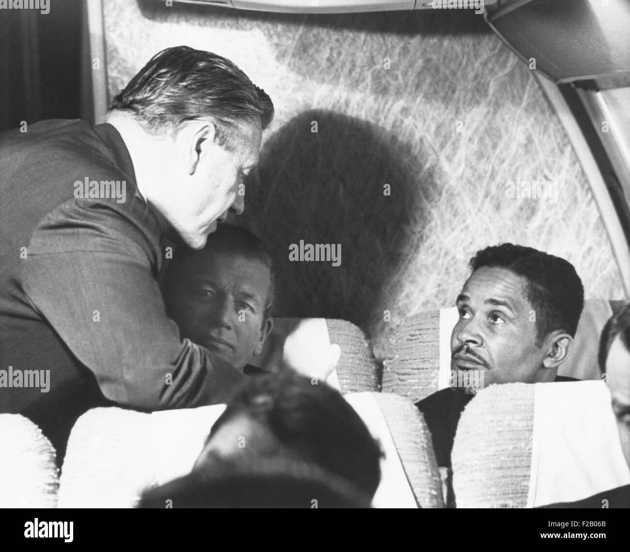 New York State Politiker fliegen zu Martin Luther King Jr. Beerdigung am 9. April 1968. Gouverneur Nelson Rockefeller Stockbild