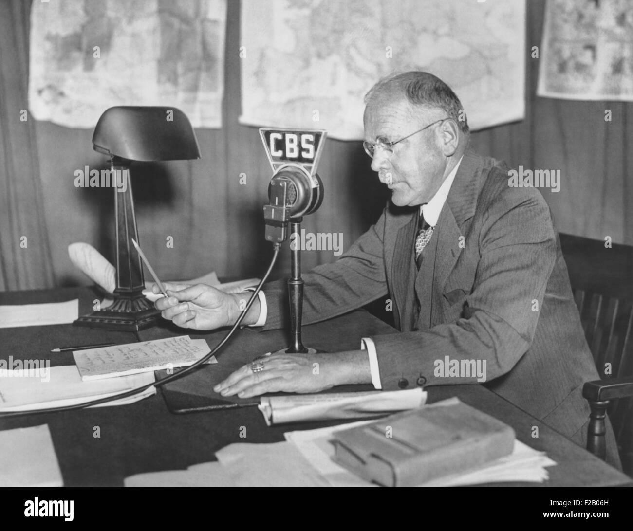 H.V Kaltenborn bei der CBS-Mikrofon, ca. 1938-1940 als Europa bewegte sich auf Krieg. Während der Krise von Stockbild