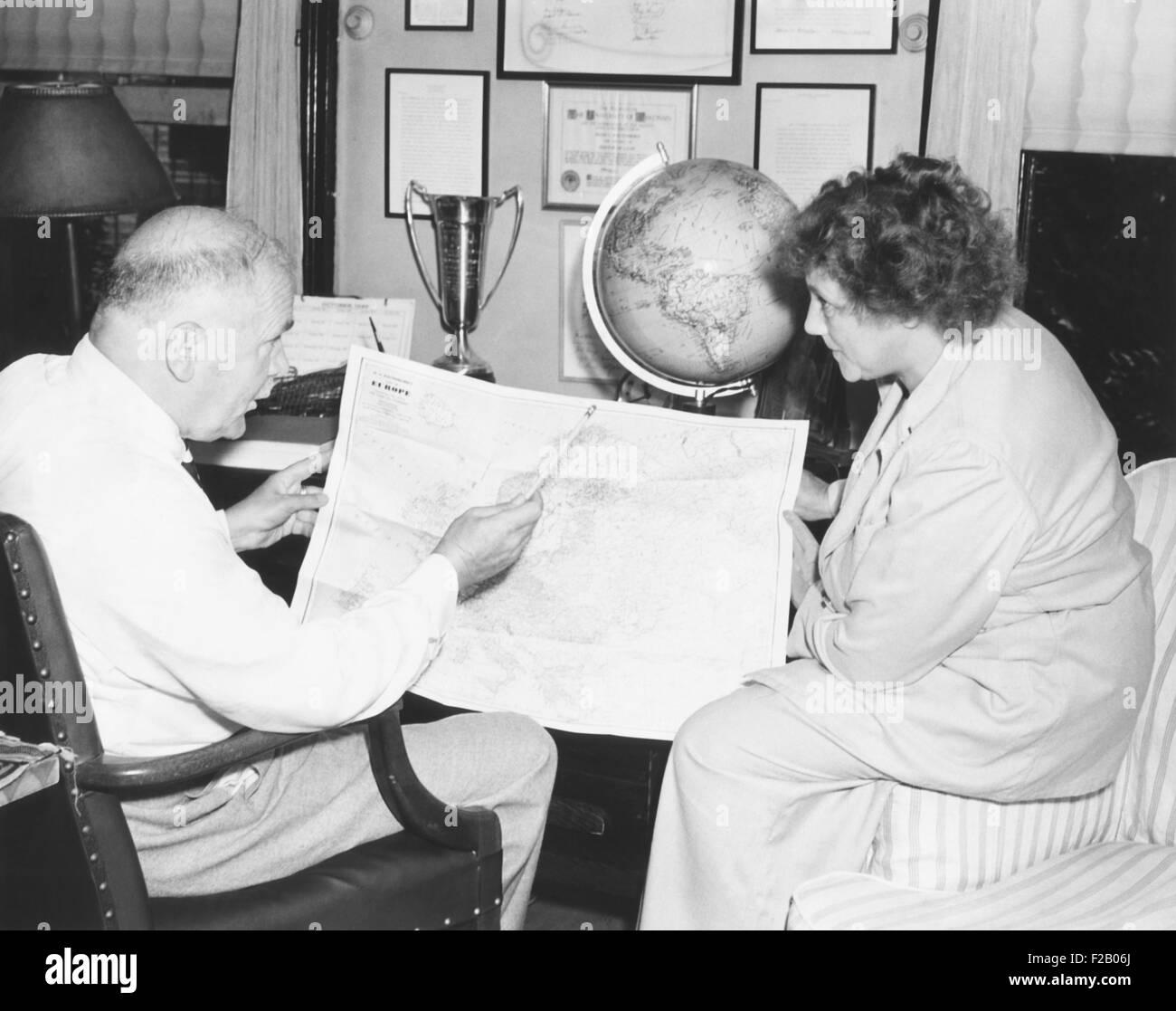 H.V Kaltenborn Charts seine Reiseroute für eine dreiwöchige Rundflug über Europa. Juli 1938. Seine Stockbild
