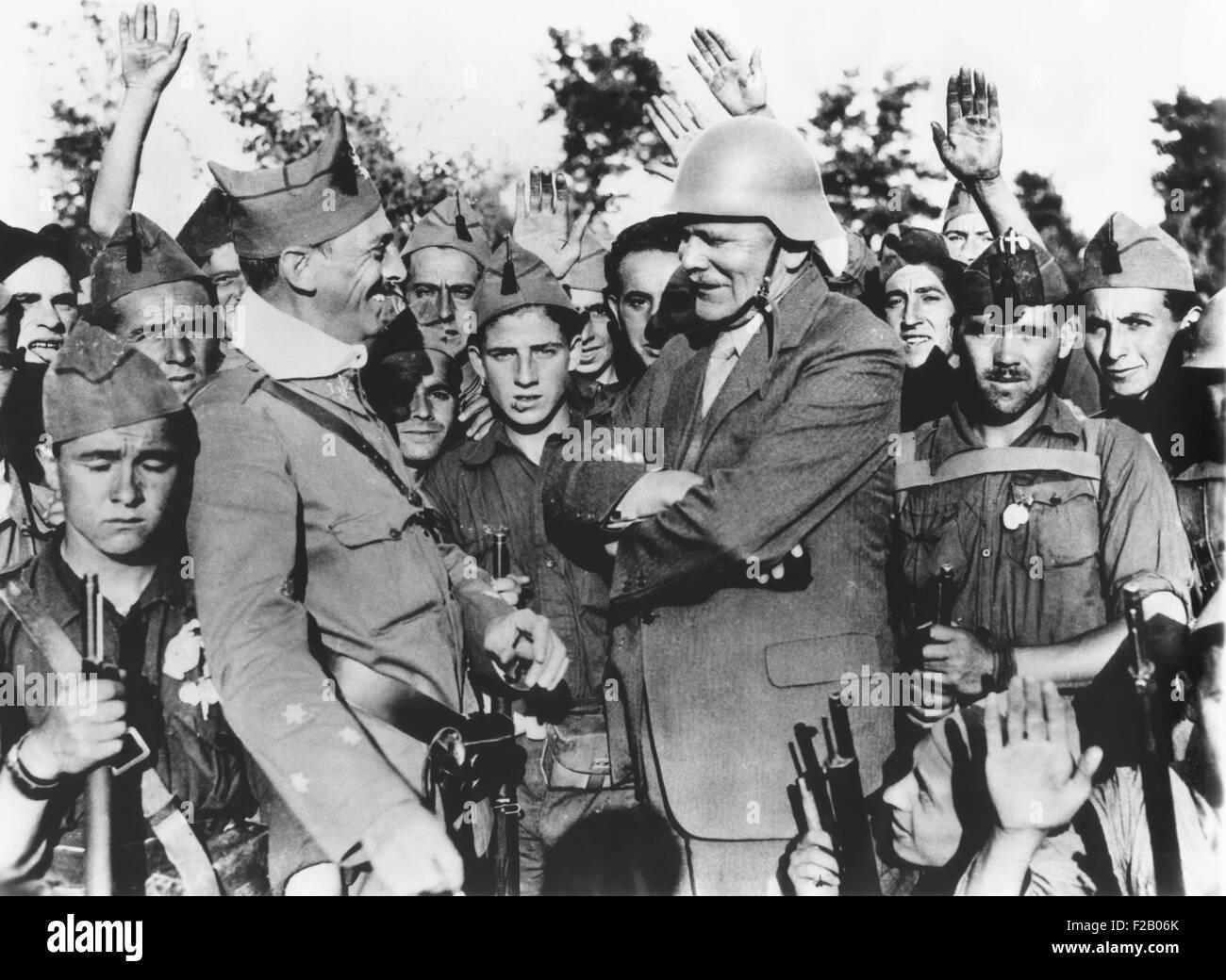H.V Kaltenborn interviews nationalistischen Offizier im 1. Monat des spanischen Bürgerkriegs. Einen Helm zu Stockbild