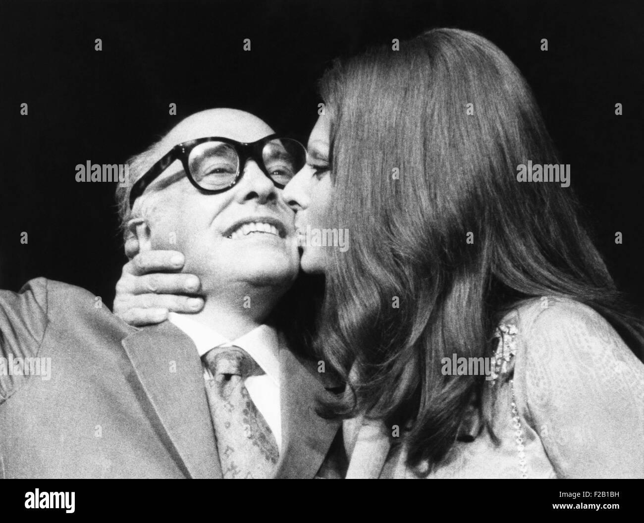 Sophia Loren gibt ihr Ehemann, Filmproduzent Carlo Ponti, einen Kuss auf Pressekonferenz. Sie waren in New York, Stockbild