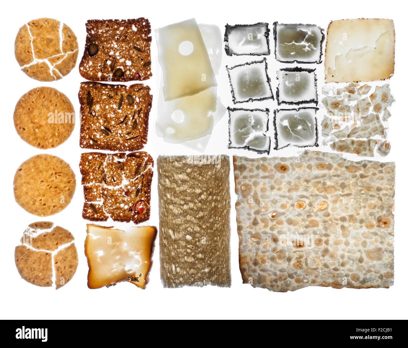 Draufsicht der Cracker und Käse in Raster auf Leuchttisch angeordnet Stockbild