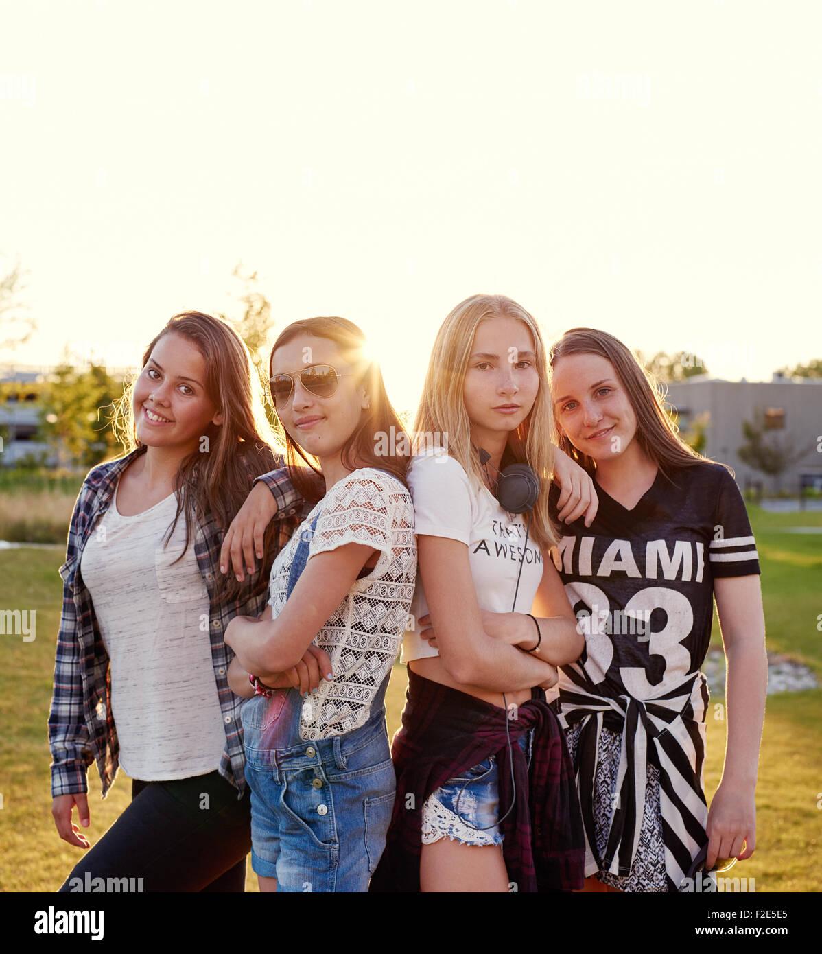 Skandinavische Jugendmädchen außerhalb posiert im Sommer Stockbild