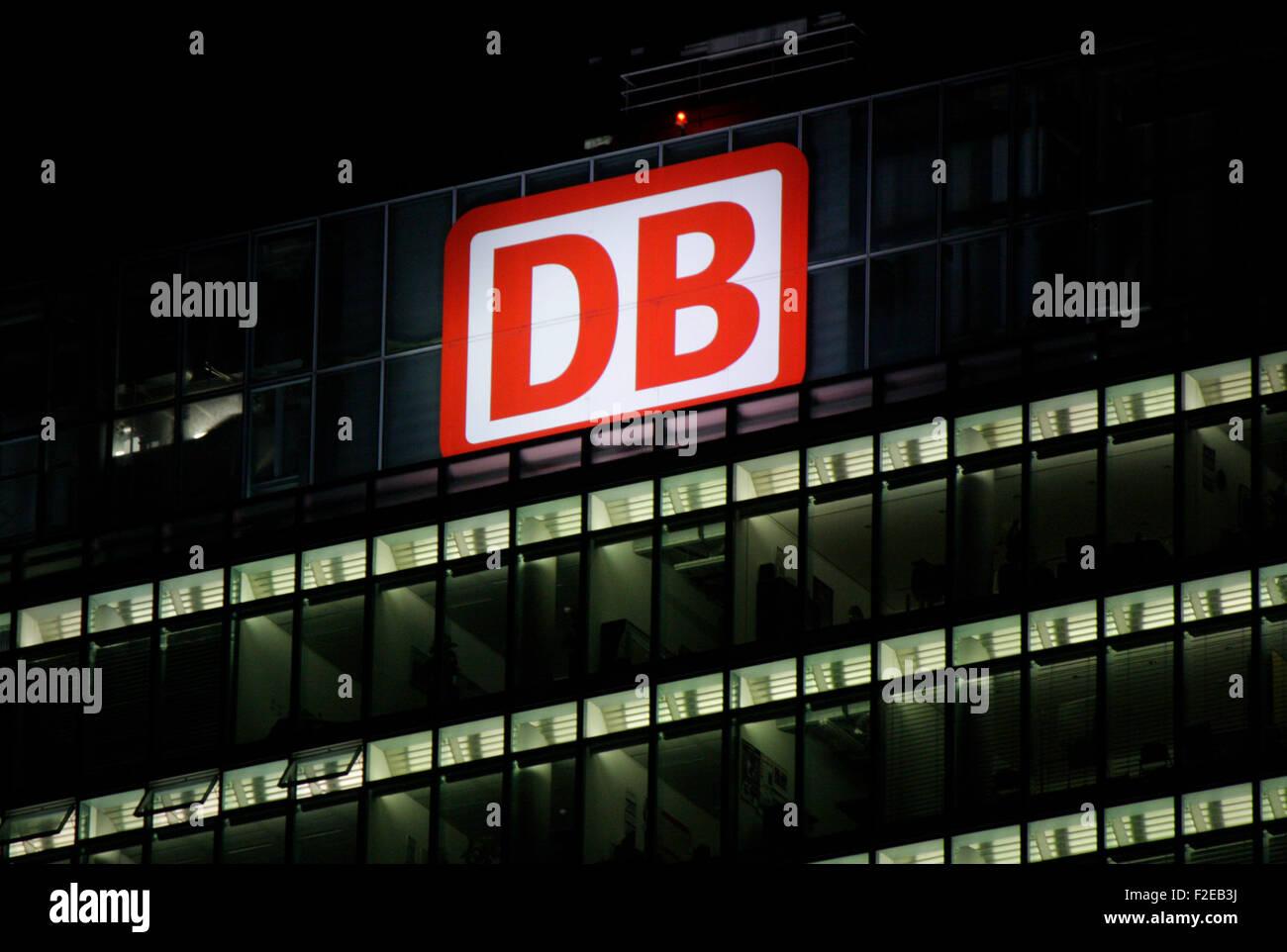 """NOVEMBER 2013 - BERLIN: Marken: das Logo der deutschen Logistikunternehmens """"DB - Deutsche Bahn"""", Berlin. Stockbild"""