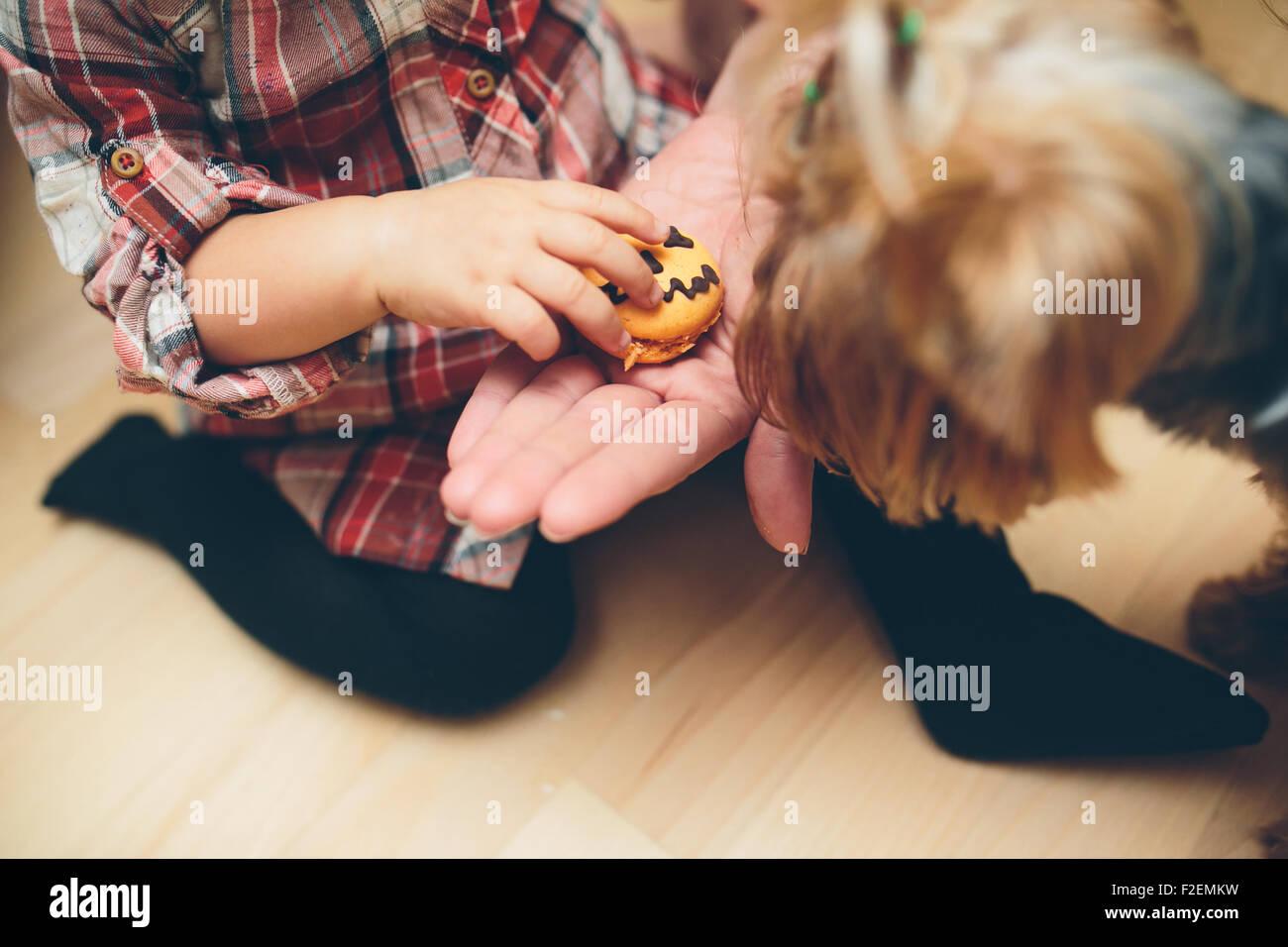 Mutter mit Tochter in der Küche stehen Stockbild