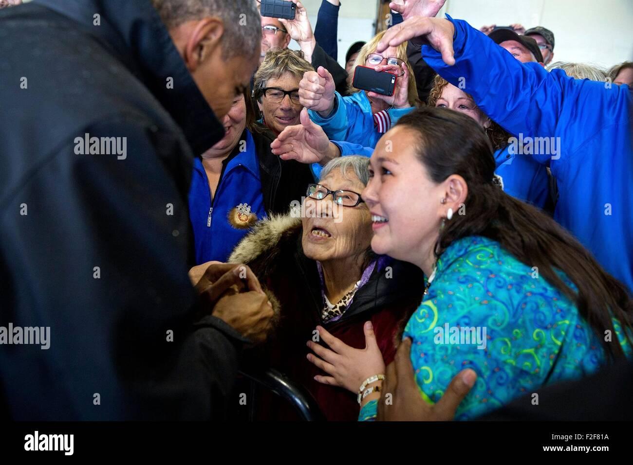 US-Präsident Barack Obama begrüßt Fans versammelten sich am Flughafen Dillingham 2. September 2015 Stockbild