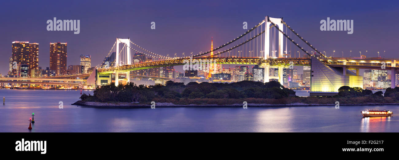 Tokio-Regenbogen-Brücke über die Bucht von Tokio in Tokio, Japan. In der Nacht fotografiert. Stockbild