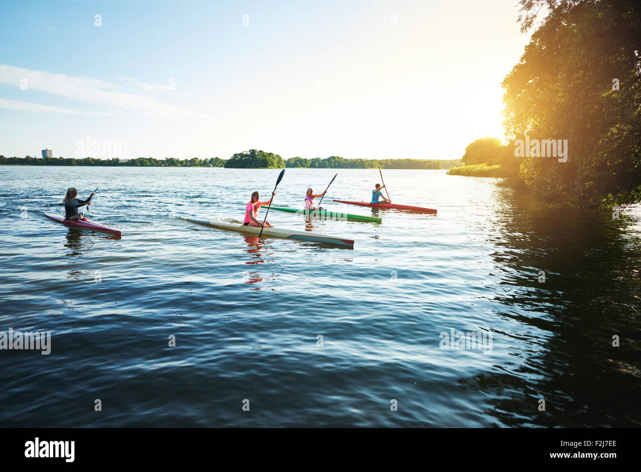Team Sport Kajaks Racing auf dem See Stockbild