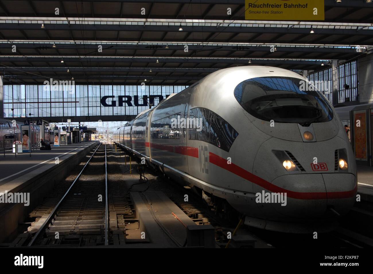 Eine Inter City Express (ICE) Zug der Deutschen Bahn am Hauptbahnhof in München warten. Stockbild