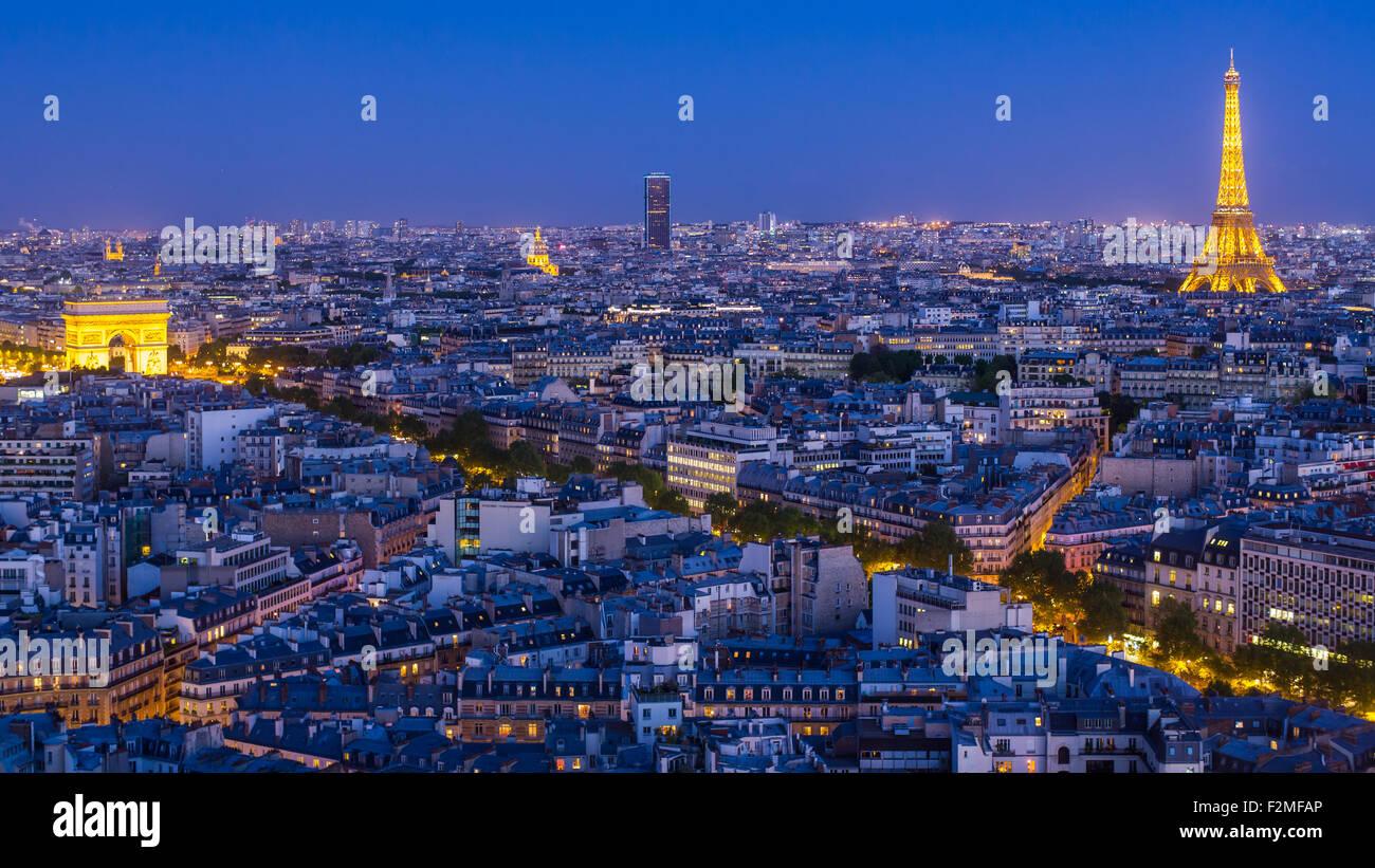 Skyline von Paris, Arc de Triomphe und dem Eiffelturm angesehen, über Dächer, Paris, Frankreich, Europa Stockbild