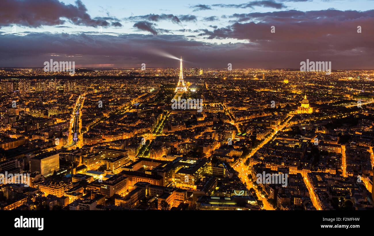 Erhöhten Blick auf den Eiffelturm, Skyline der Stadt und La Defence Skyscrapper Bezirk in der Ferne, Paris, Stockbild