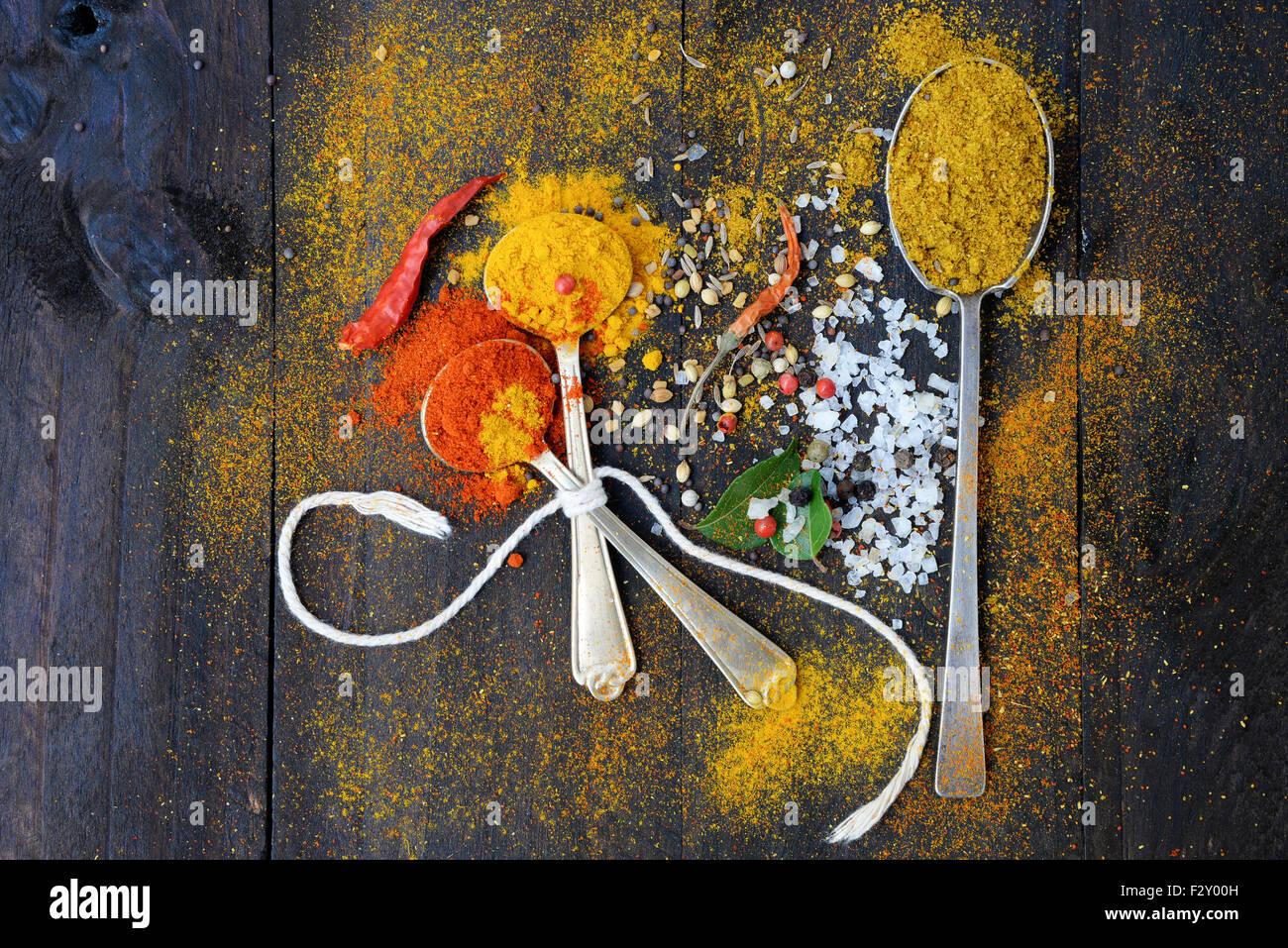 Gesunde Ernährung Hintergrund mit Kräutern und Gewürzen Auswahl auf dunklen Holztisch. Lebensmittel Stockbild