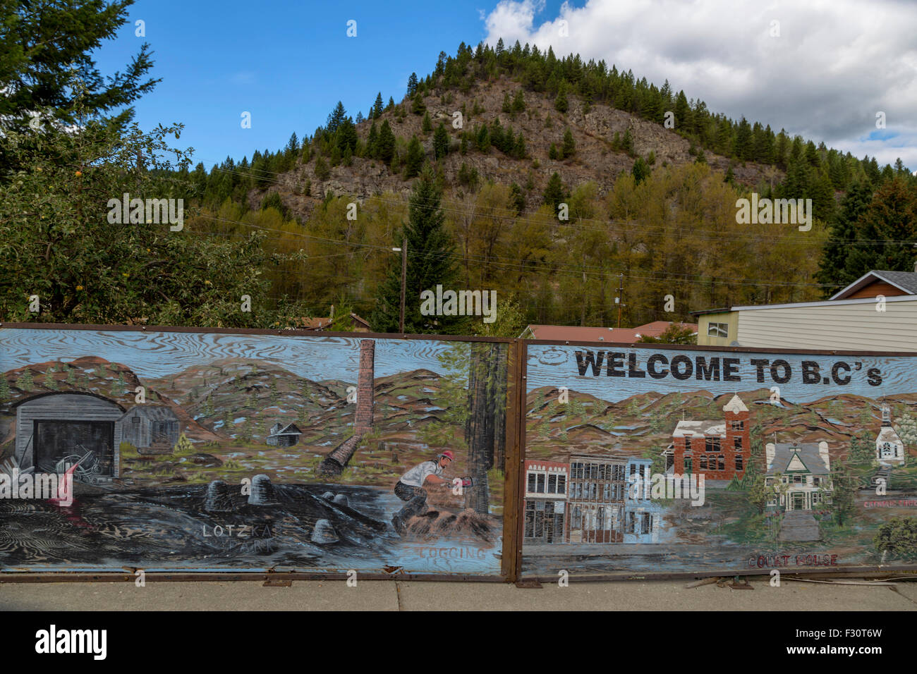 Holzplatten mit historischen Abbildungen des ehemaligen Bergbaus in Greenwood, Britisch-Kolumbien, Kanada, Nordamerika. Stockbild