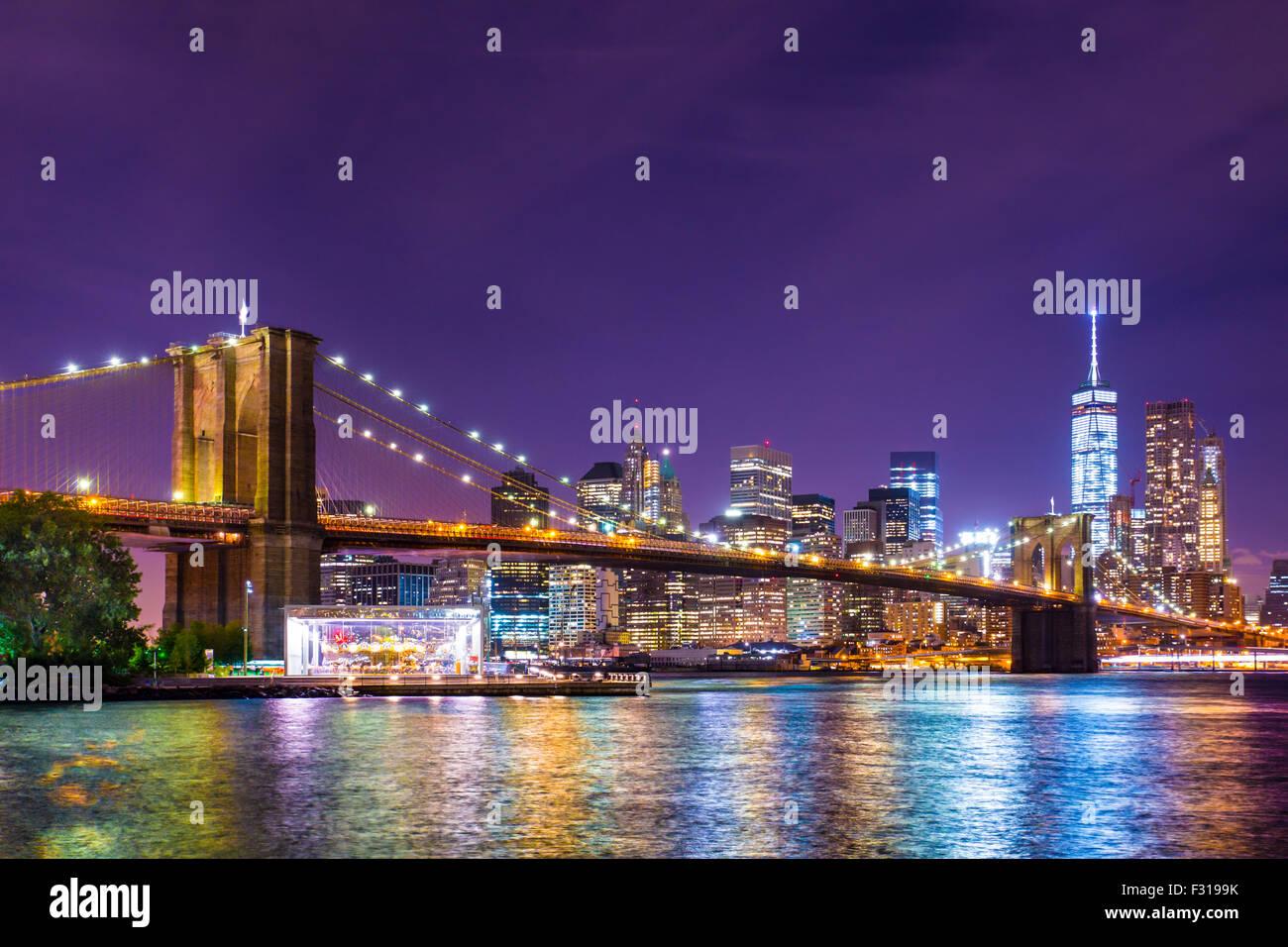 Beautiful Brooklyn Bridge über den East River in Richtung Manhattan New York City beleuchtet. Stockbild