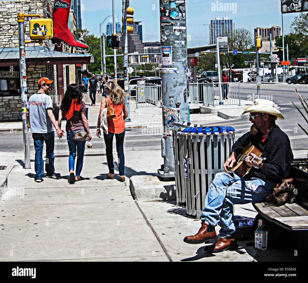 """Junge Erwachsene Einkaufen in """"SoCo"""" Bezirk (South Congress) von Austin, Texas Stockbild"""