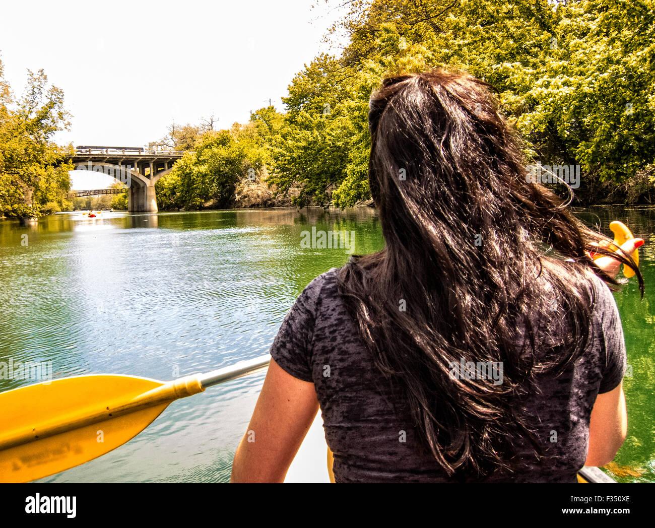 Junge Frau Kanufahren auf Barton Creek, Austin, Texas Stockbild