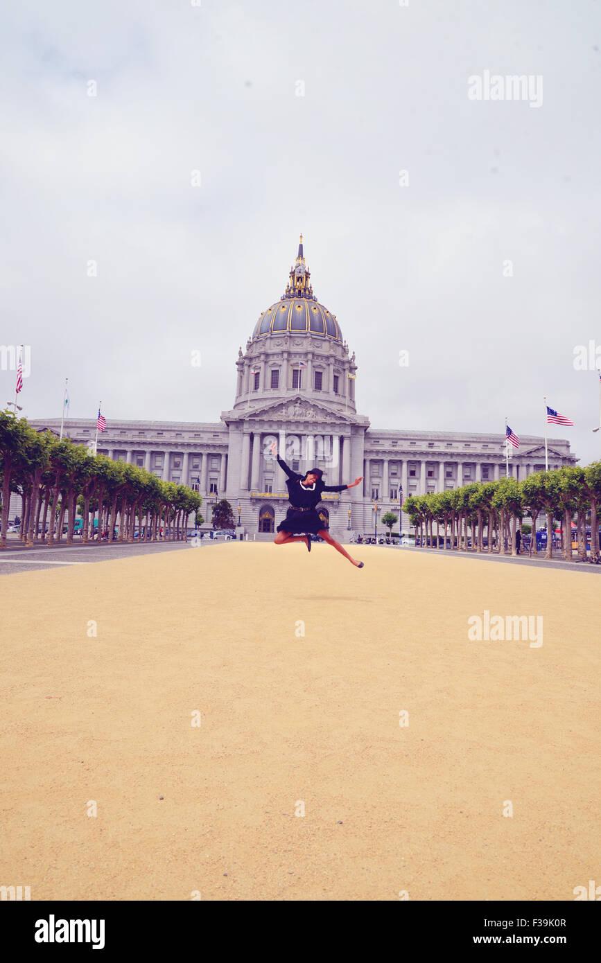 Mädchen springt in die Luft, USA Stockbild