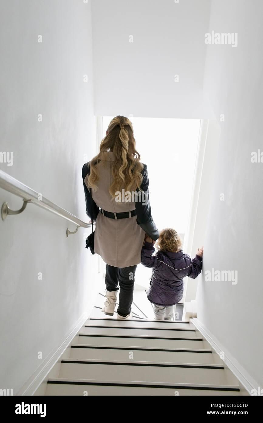 Mutter und Sohn (4-5) Treppen hinunter Stockbild