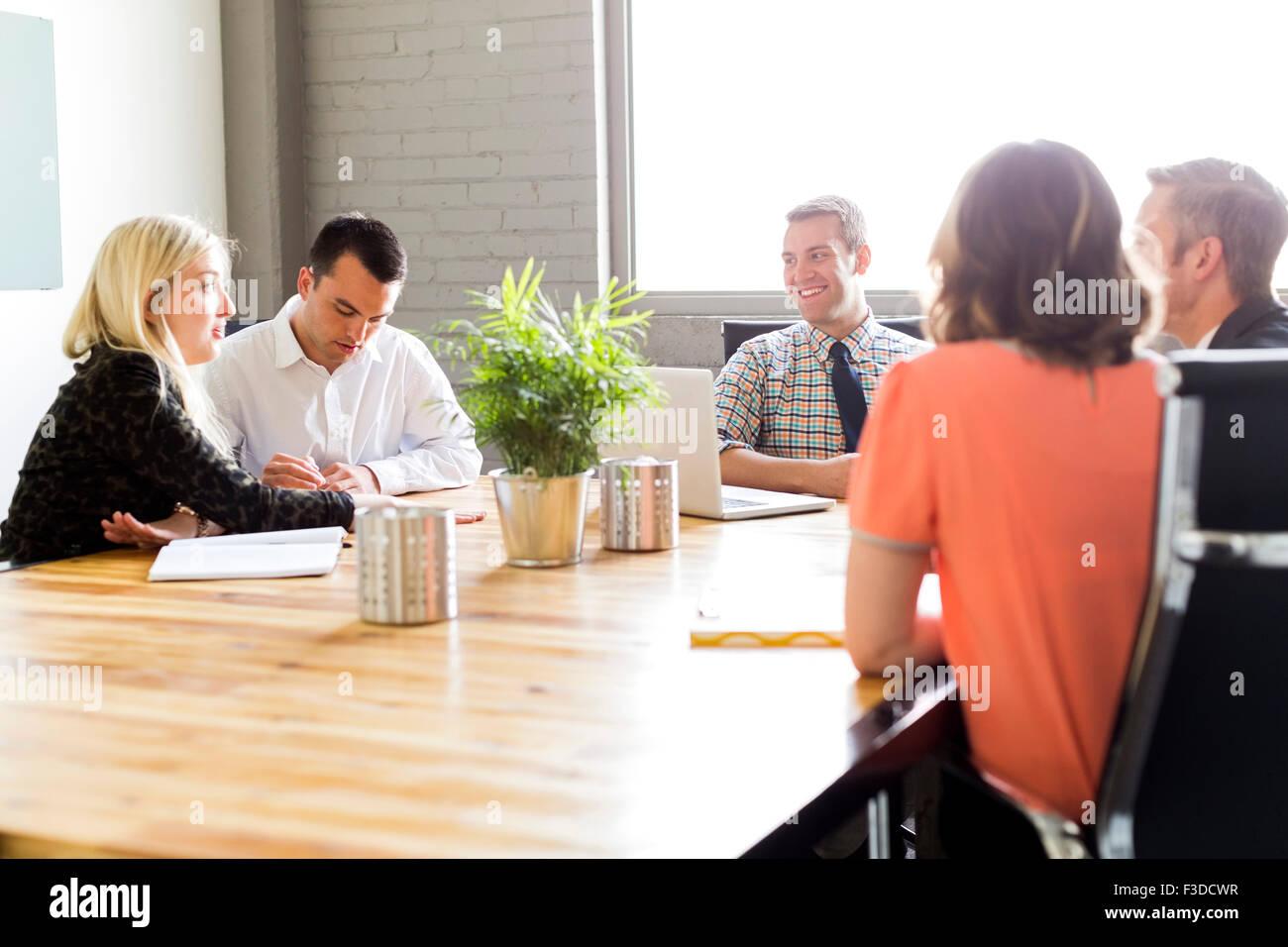 Fünf Büroangestellte während der Sitzung Stockbild