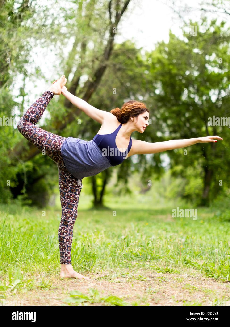 Frau, die Bewegung in der Natur Stockbild