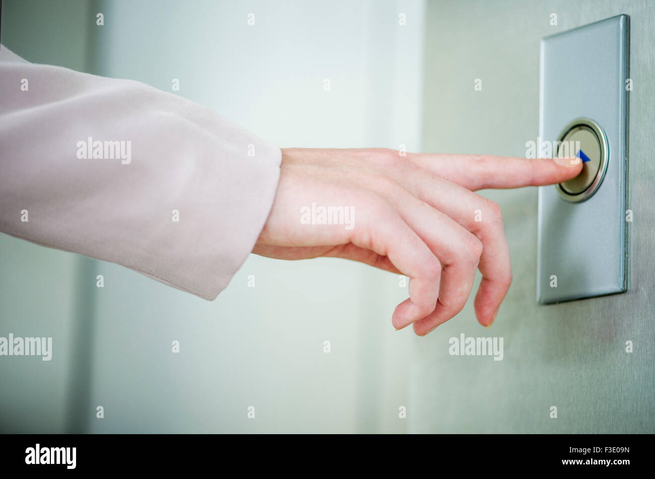 Aufzug-Call-Taste drücken Stockbild