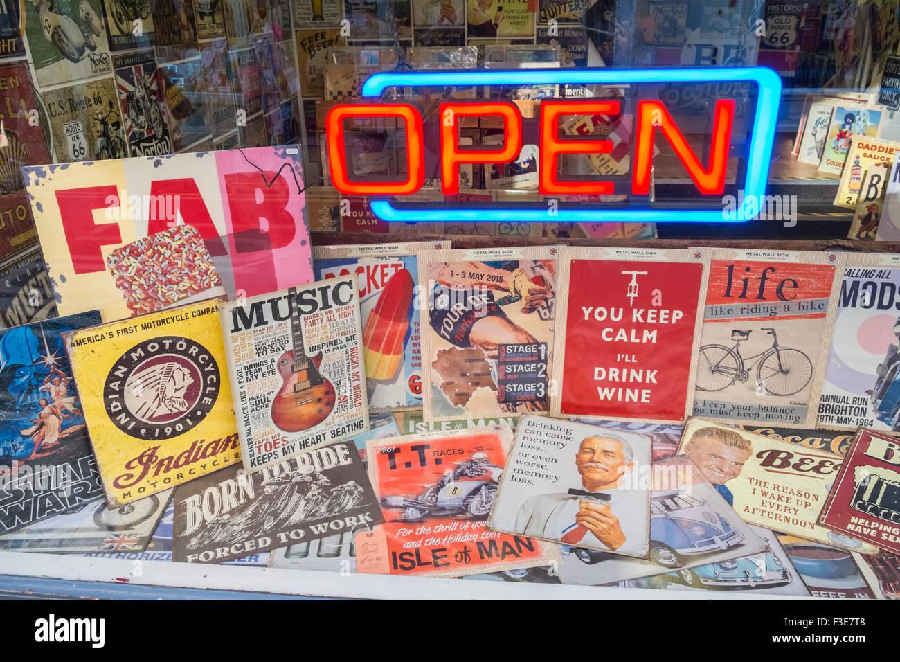 """Shop-Schaufenster der nostalgischen Plakate mit """"Offenen"""" Leuchtreklame. Stockbild"""