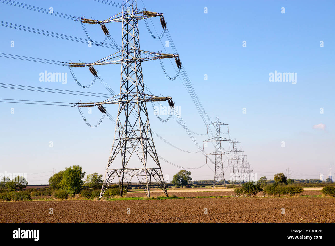 electricity pylons uk stockfotos electricity pylons uk. Black Bedroom Furniture Sets. Home Design Ideas