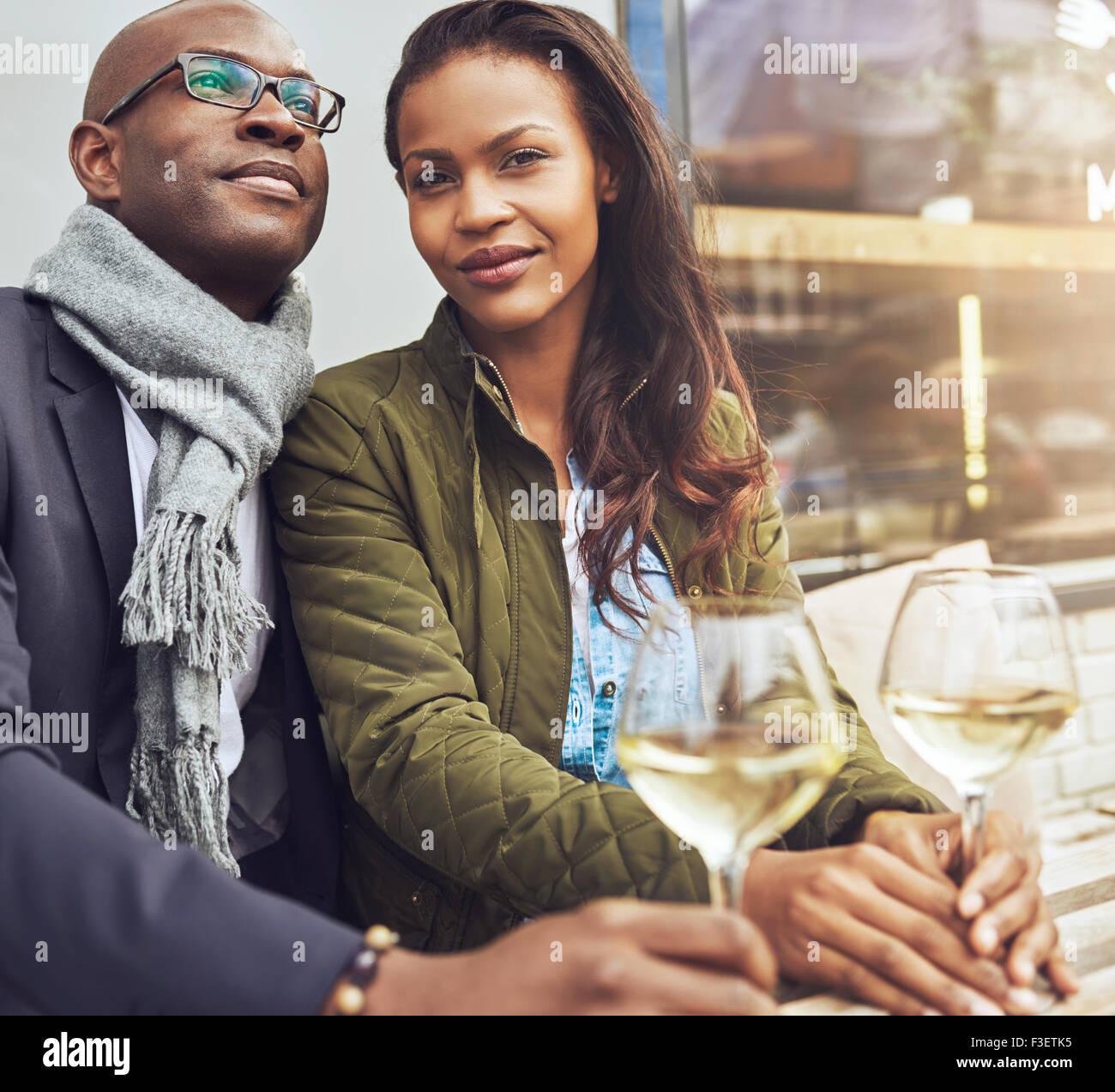Afro-amerikanische Paar dating, Frau suchen gerade an der Kamera Stockbild