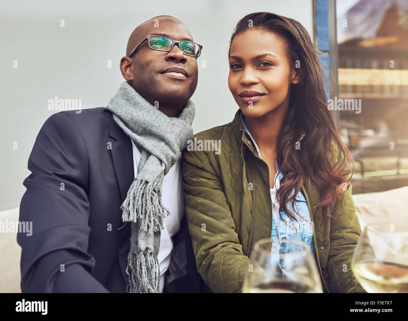 Schwarz Paar das Leben genießen und dating, trendy gekleidet Stockbild