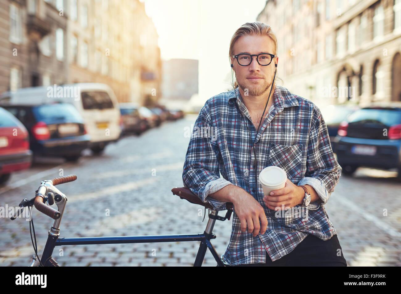 Cool Mann an der Kamera schaut. Stadt Lebensstil, genießen das Leben in der Stadt Stockbild