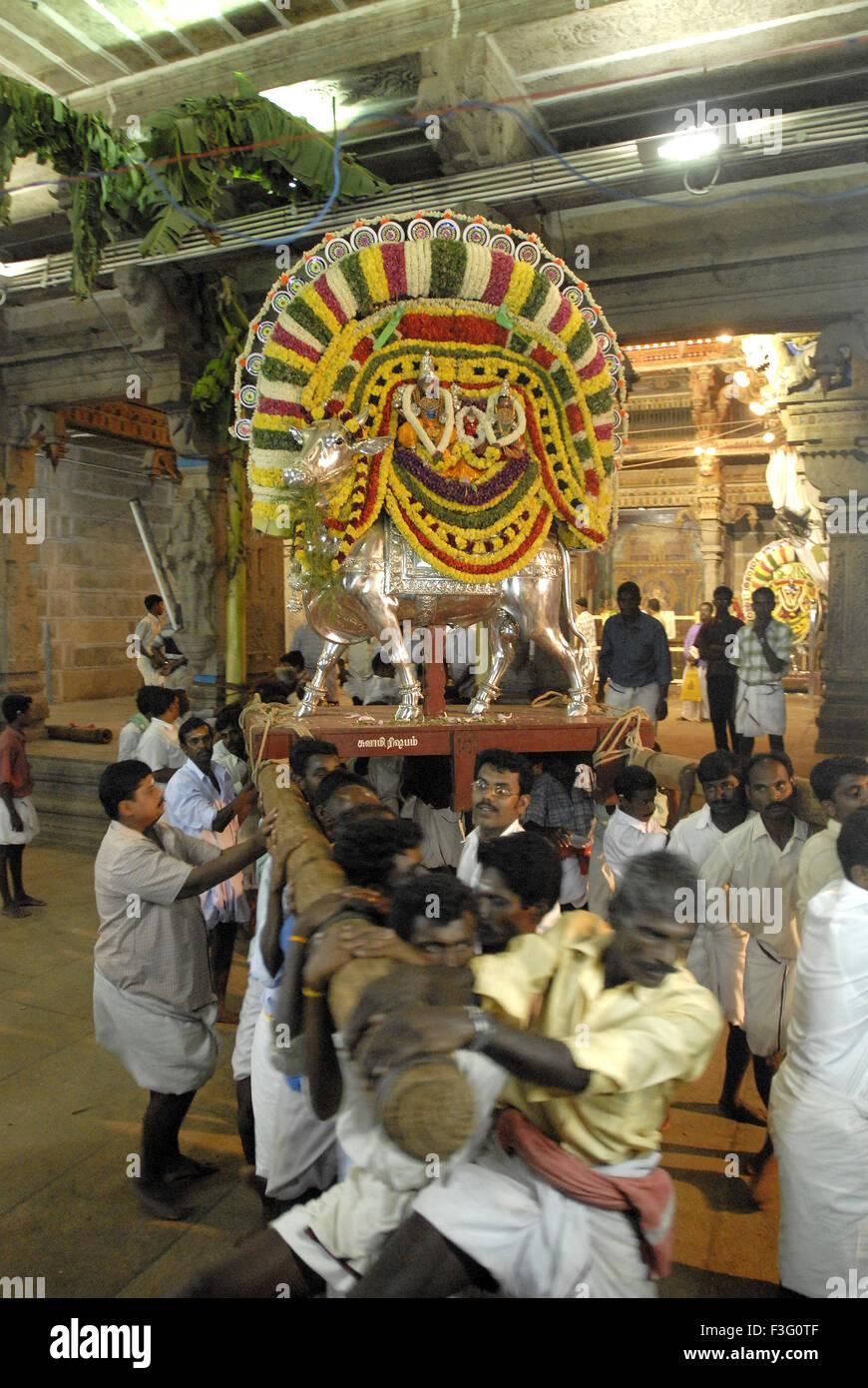 Aarti für Panchamurthi dekoriert fünf Götter auf ihre verzierten Vahanam sitzend; Tamil Nadu; Indien Stockbild