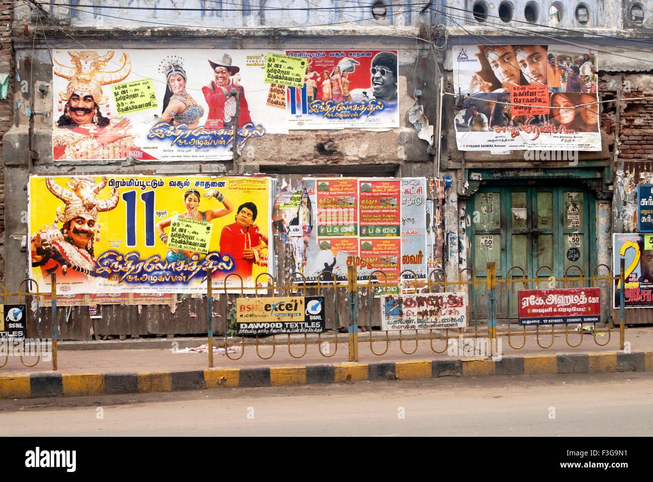 Bunte Plakate von Filmen der tamilischen Filmindustrie; Madurai; Tamil Nadu; Indien Stockbild