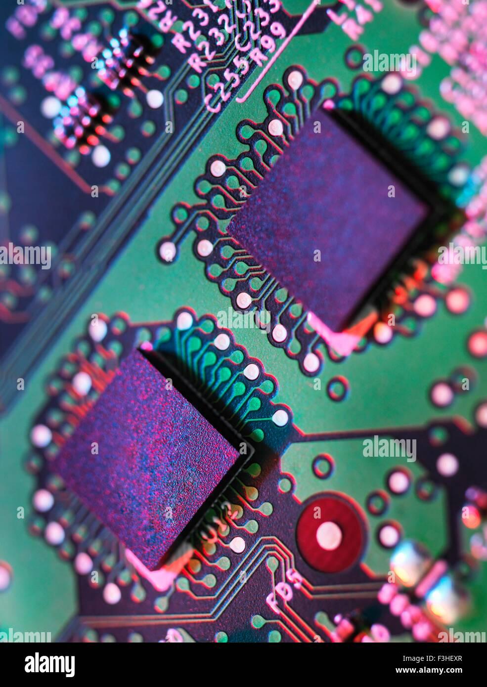 Nahaufnahme Detail der grünen und violetten Computer-Platine Stockbild
