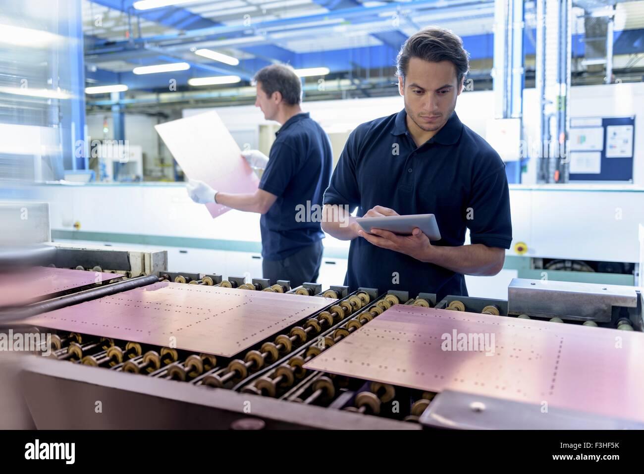 Arbeitnehmer, die Platine bei der Herstellung in Platine Fabrik Inspektion Stockbild