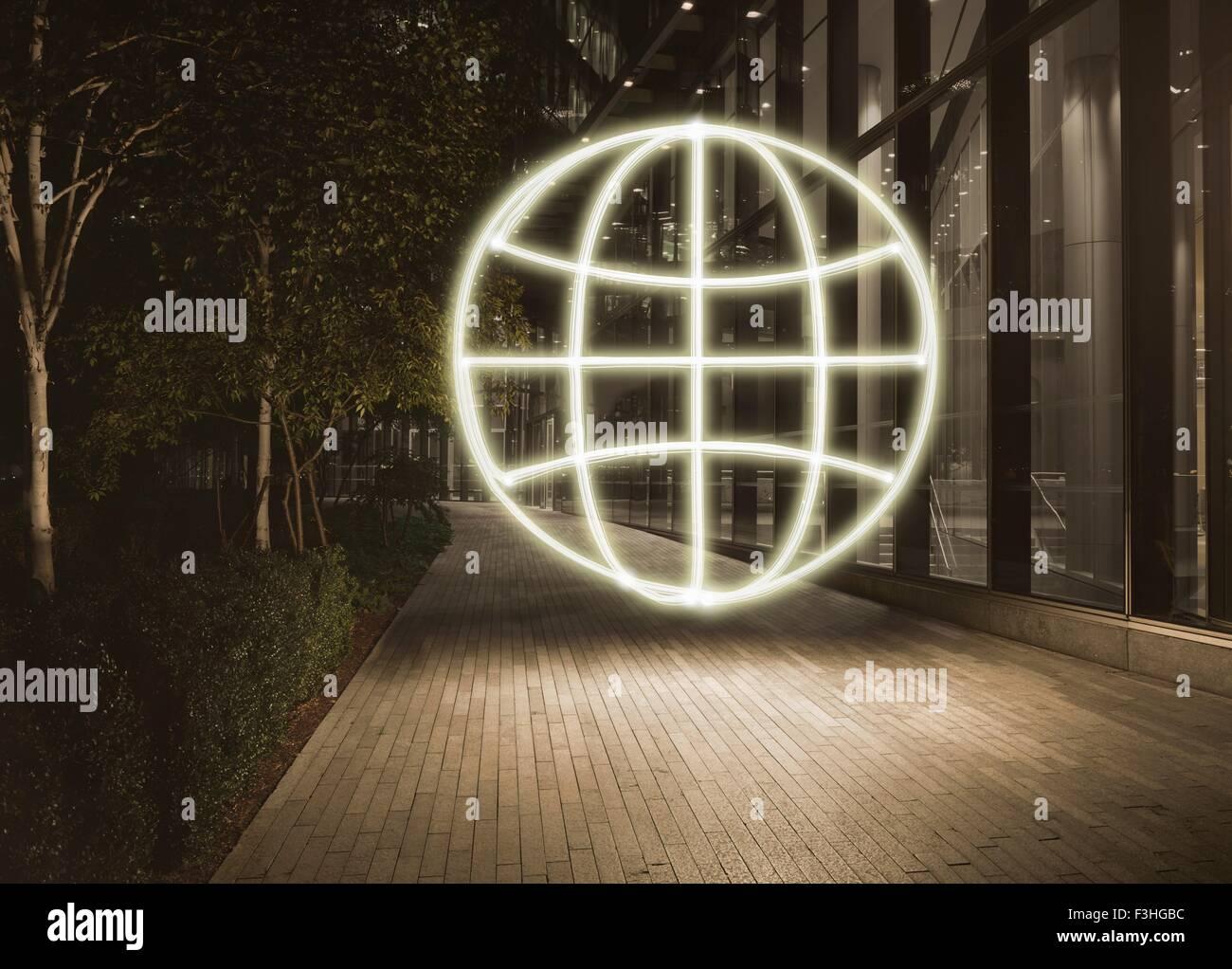 Glühende Globus-Symbol in der Stadt bei Nacht Stockbild
