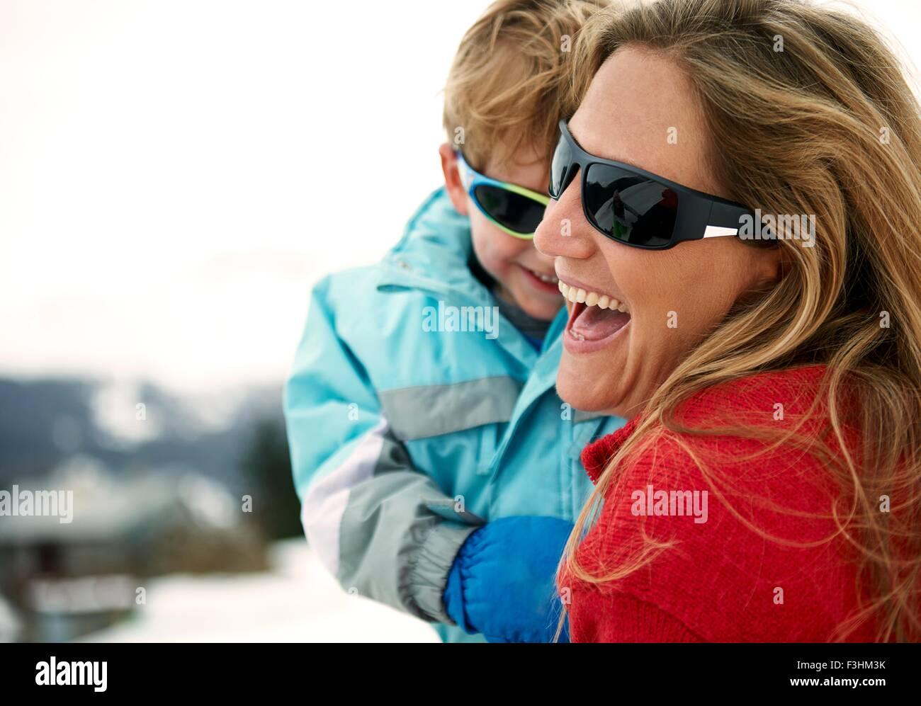 Skifahren mit kleinen Sohn Mutter Stockbild