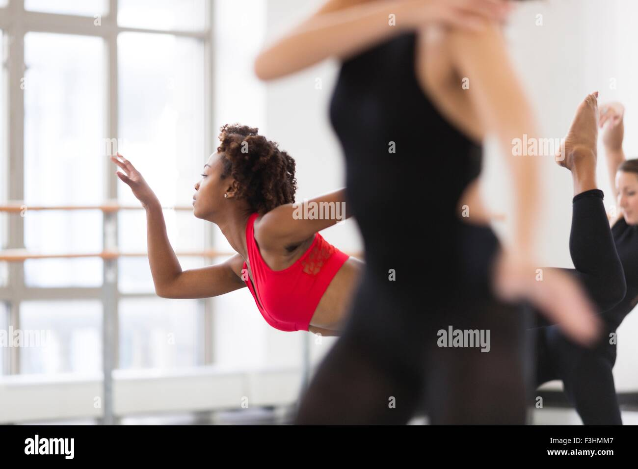 Junge Frauen im Tanzstudio tanzen, differenzielle Fokus Stockbild
