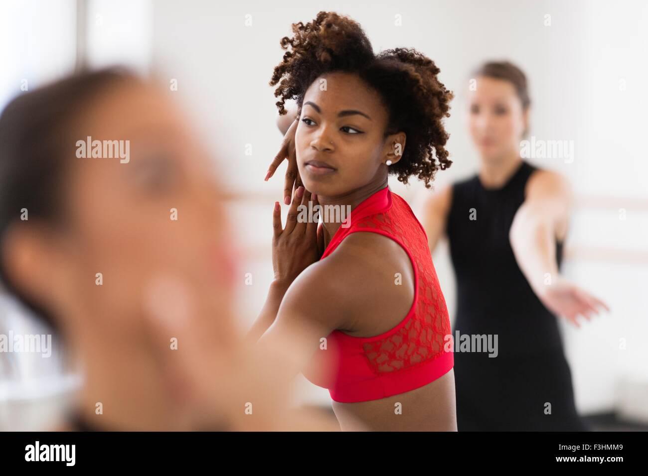 Junge Frauen tanzen, wegsehen, differenzielle Fokus Stockbild