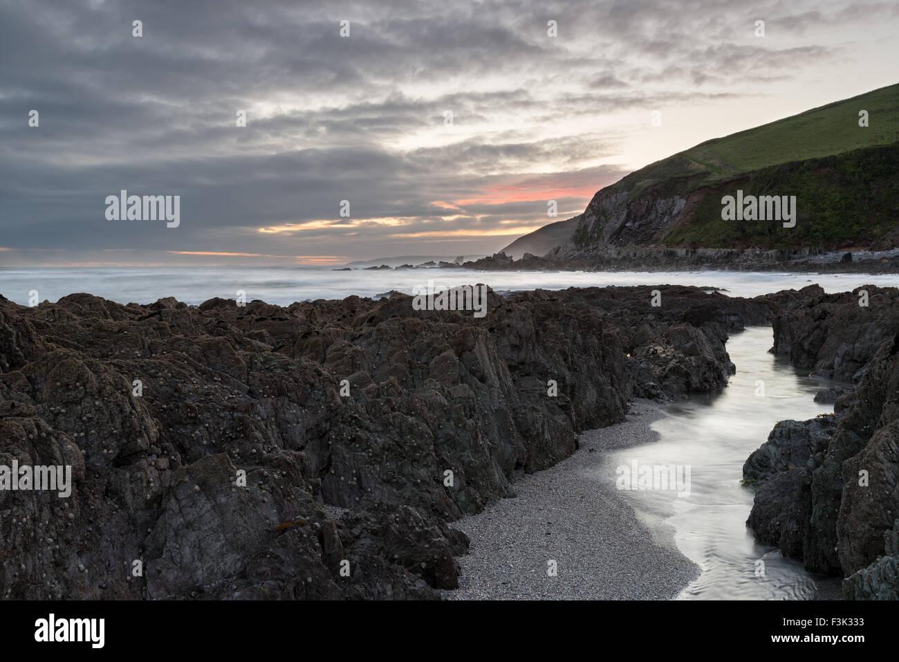 Eine stürmische Nacht am Strand von Portwrinkle von der südlichen Küste von Cornwall Stockbild