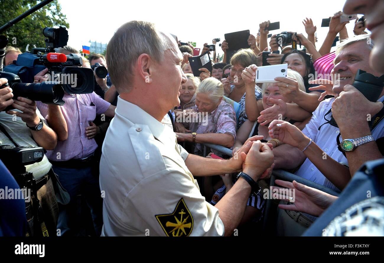 Der russische Präsident Vladimir Putin begrüßt Fans bei einem Besuch in das Schwarze Meer 18. August Stockbild