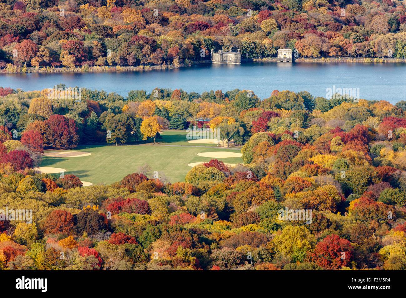 Luftaufnahme des Great Lawn und Jacqueline Kennedy Onassis Reservoir im Central Park mit Laub Herbstfarben. New Stockbild