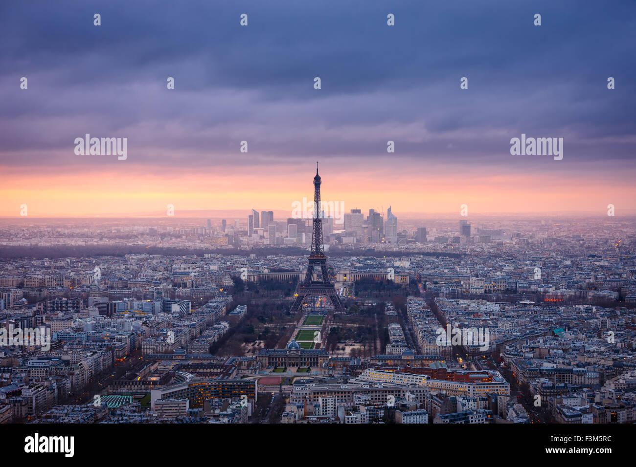 Paris-Stadt in der Abenddämmerung in rosa gekleidet. Luftaufnahme von Paris und den Eiffelturm, Champ de Mars, Stockbild