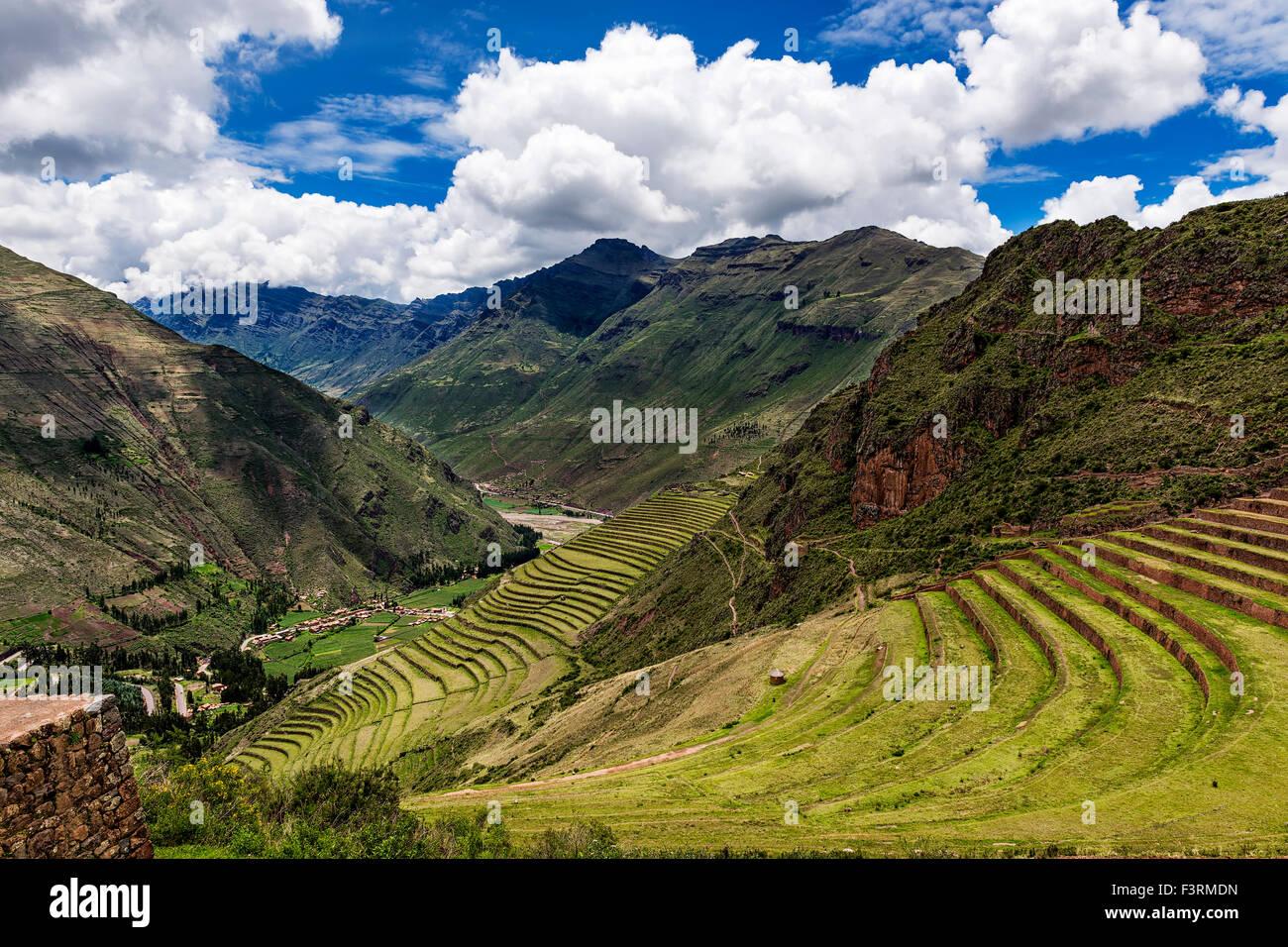 Blick auf das Heilige Tal und alten Inka-Terrassen in Pisac, Peru. Stockbild