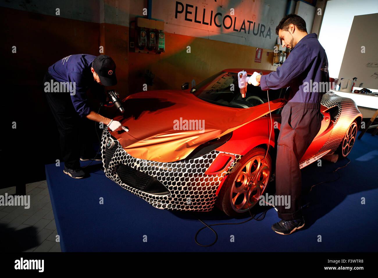 Ein Alfa Romeo 4C Vinyl verpackt bei der Eröffnung des neuen Hauptsitzes der Garage Italia Bräuche in Stockbild