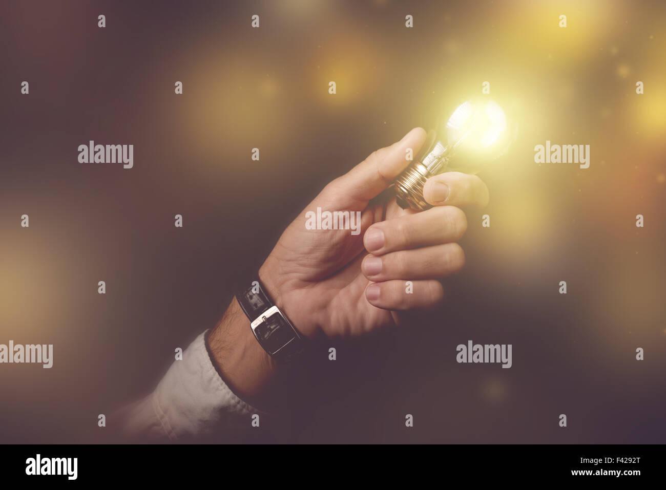 Großes Geschäft Idee visuelle Metapher, Geschäftsmann mit Glühbirne Blitz der dunklen Büro Stockbild